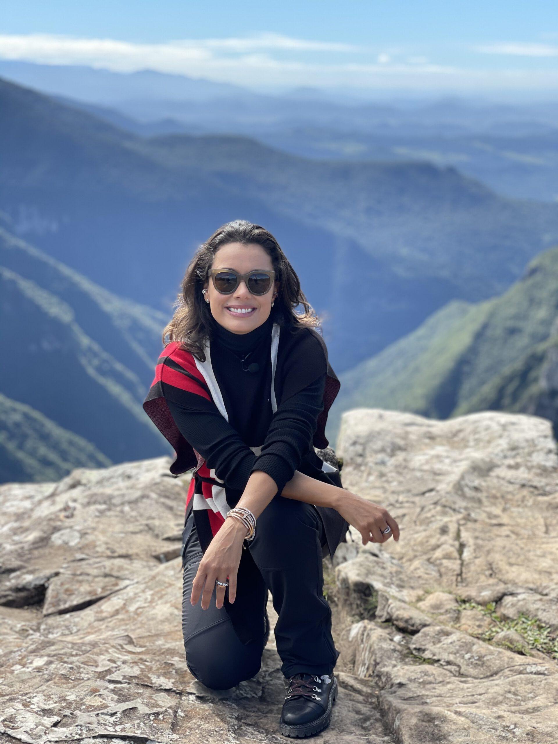 Daniela está à frente de um grande cânion no Rio Grande do Sul, Brasil